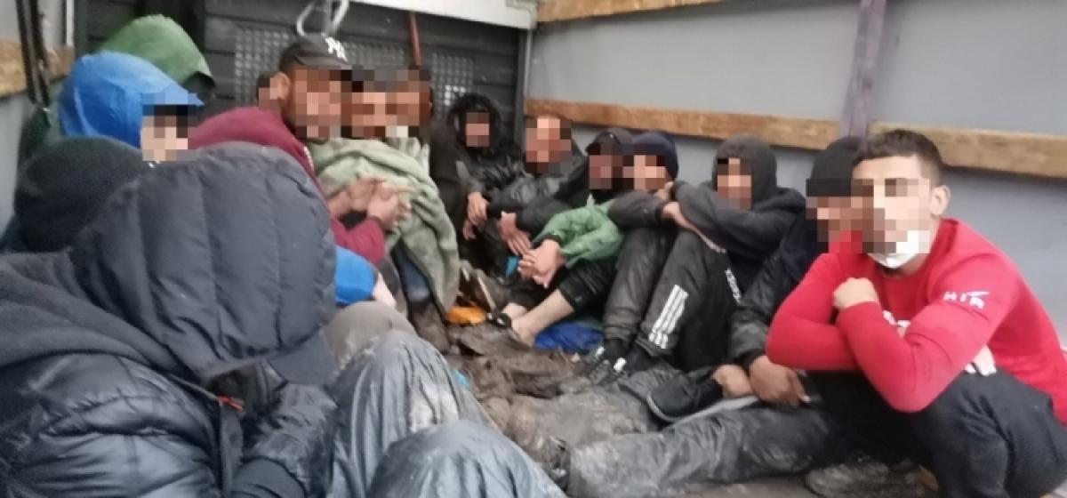 19 fős illegális MigrásTaxit kapcsoltak le az M9-esen