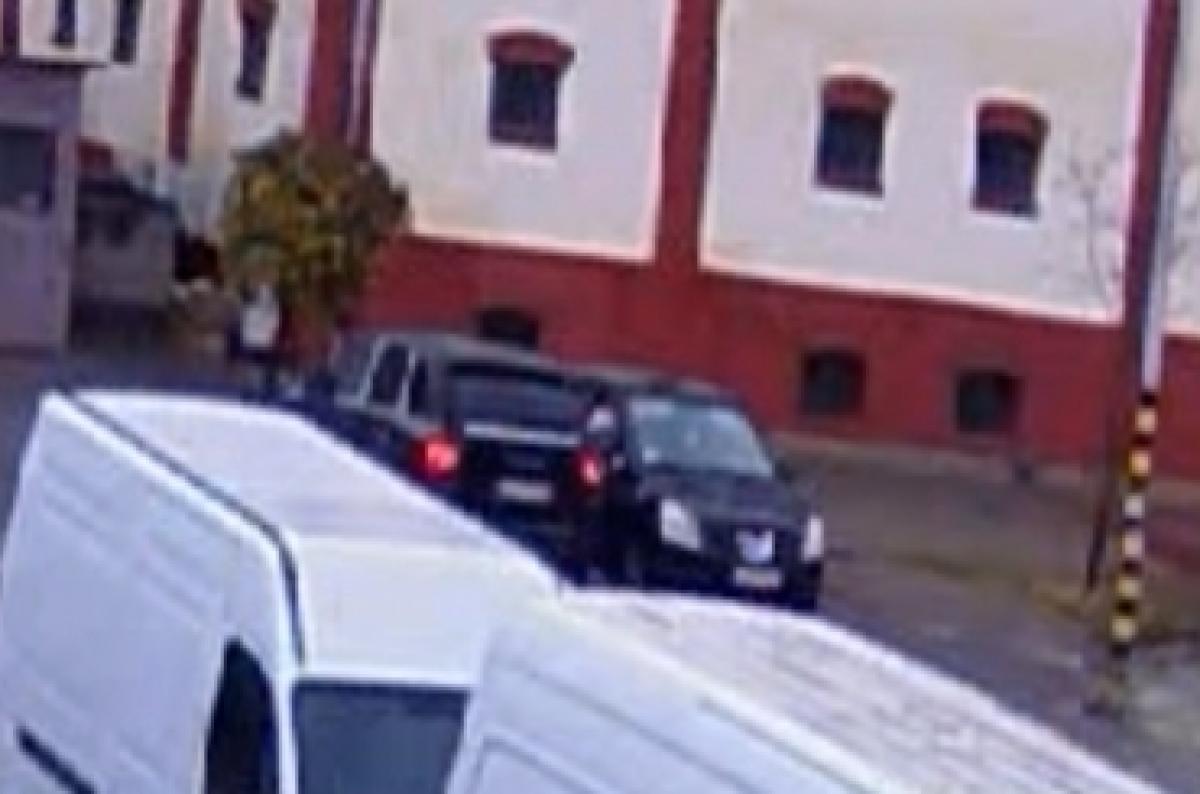 Lopott egy parkoló autóból, közben a sajátjából ki sem szállt - VIDEÓ