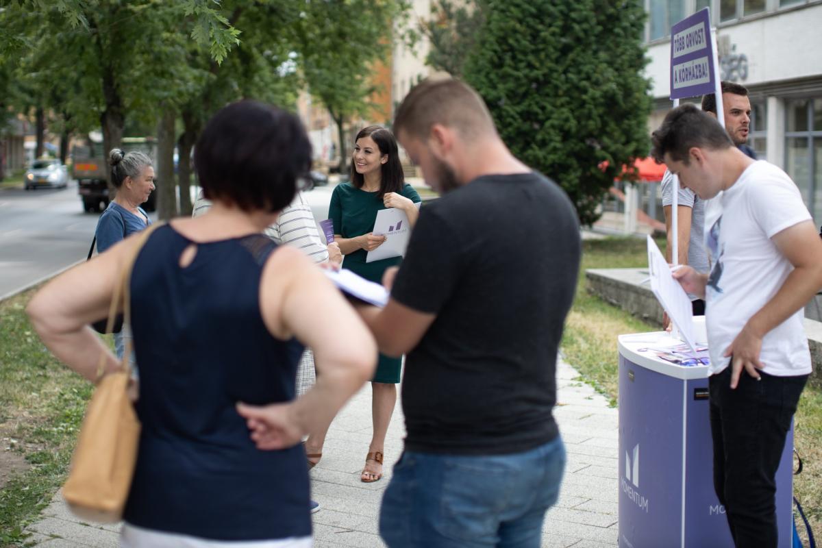 """""""Több orvost a kórházba!"""" pult előtt pózolt a pályaelhagyó Cseh Katalin"""