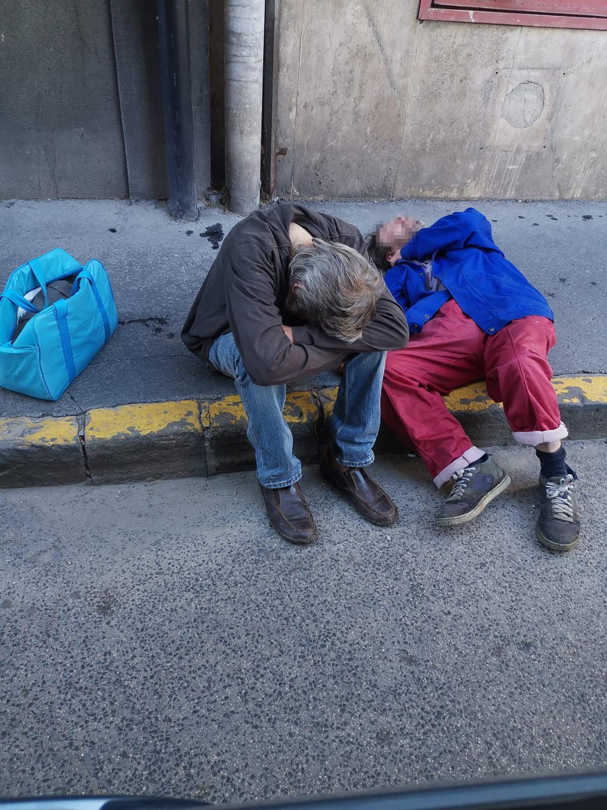 Karácsony Budapestje: a bokor mögé szarnak, beleokádnak a szökőkútba a hajléktalanok a Blaha Lujza téren
