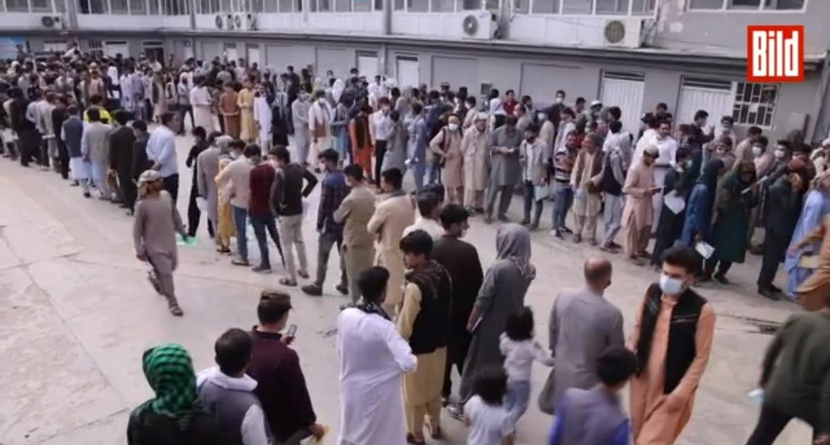 Ez gyorsan eszkalálódott: naponta 8 000 afgán kéri az útlevelét és tervez Németország felé indulni