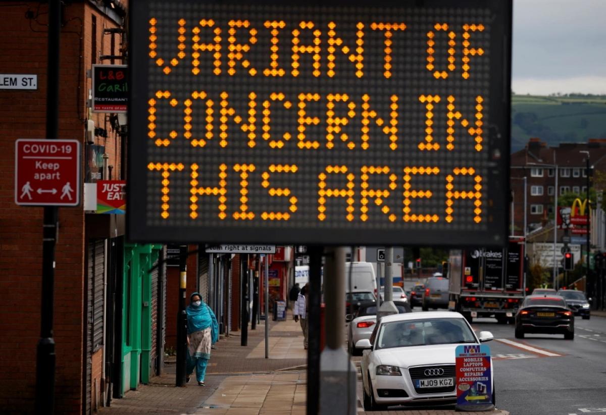 Egyesült Királyság: az indiai variánssal fertőzött területeken újra bezárhatnak a kocsmák, a nem létszükségletű boltok és az éttermek