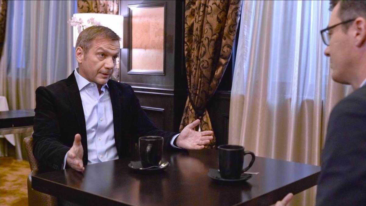 Új videós műfaj született: Karácsony Gergely statisztaként bólogat Bajnai Gordonnak