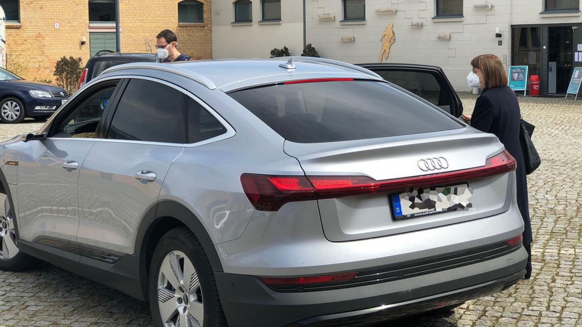 Zöld képmutatás: elektromos autóval büszkélkedik, és helyettese benzinesével jár a német tartományi miniszter