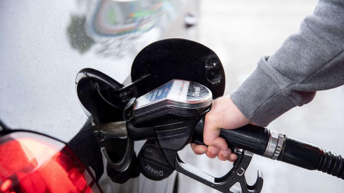 Szerdán a benzin 7, a gázolaj ára 5 forintot esik