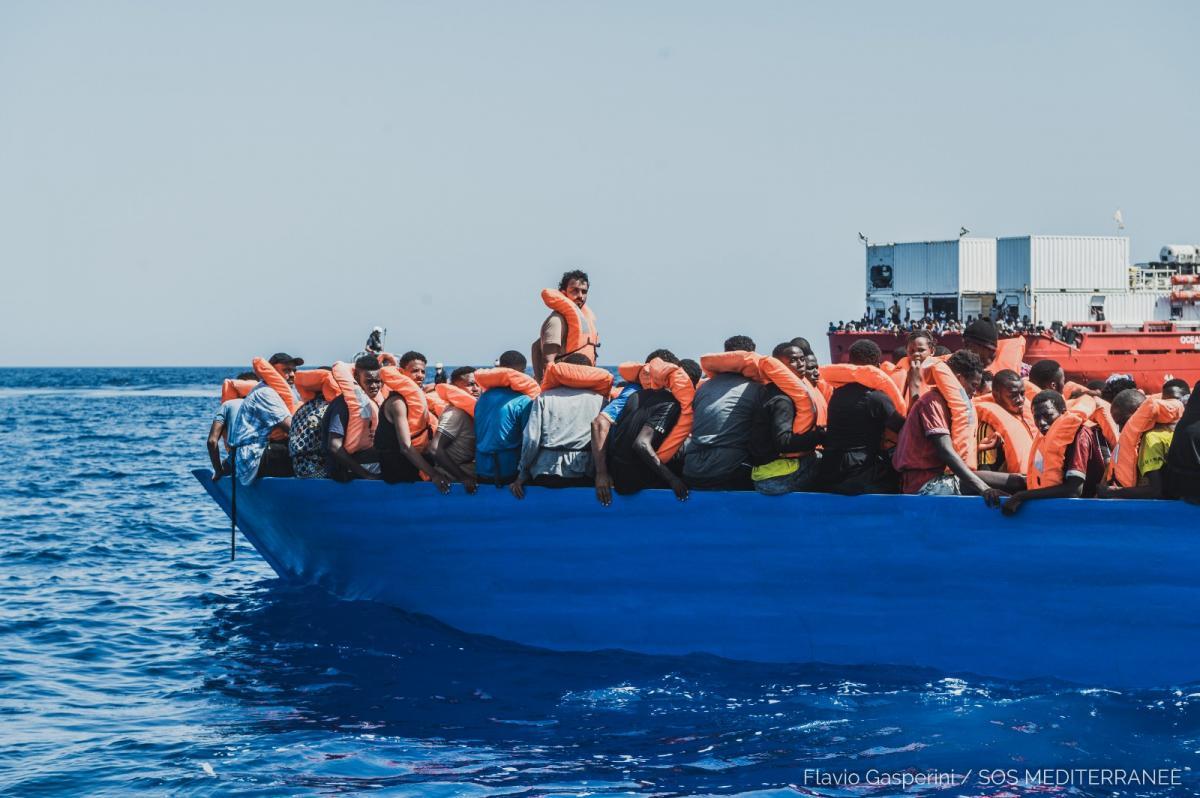 Pillanatokra sem áll le a migránsTAXI: csak a hétvégén 700 főt vettek fel a mentőhajók