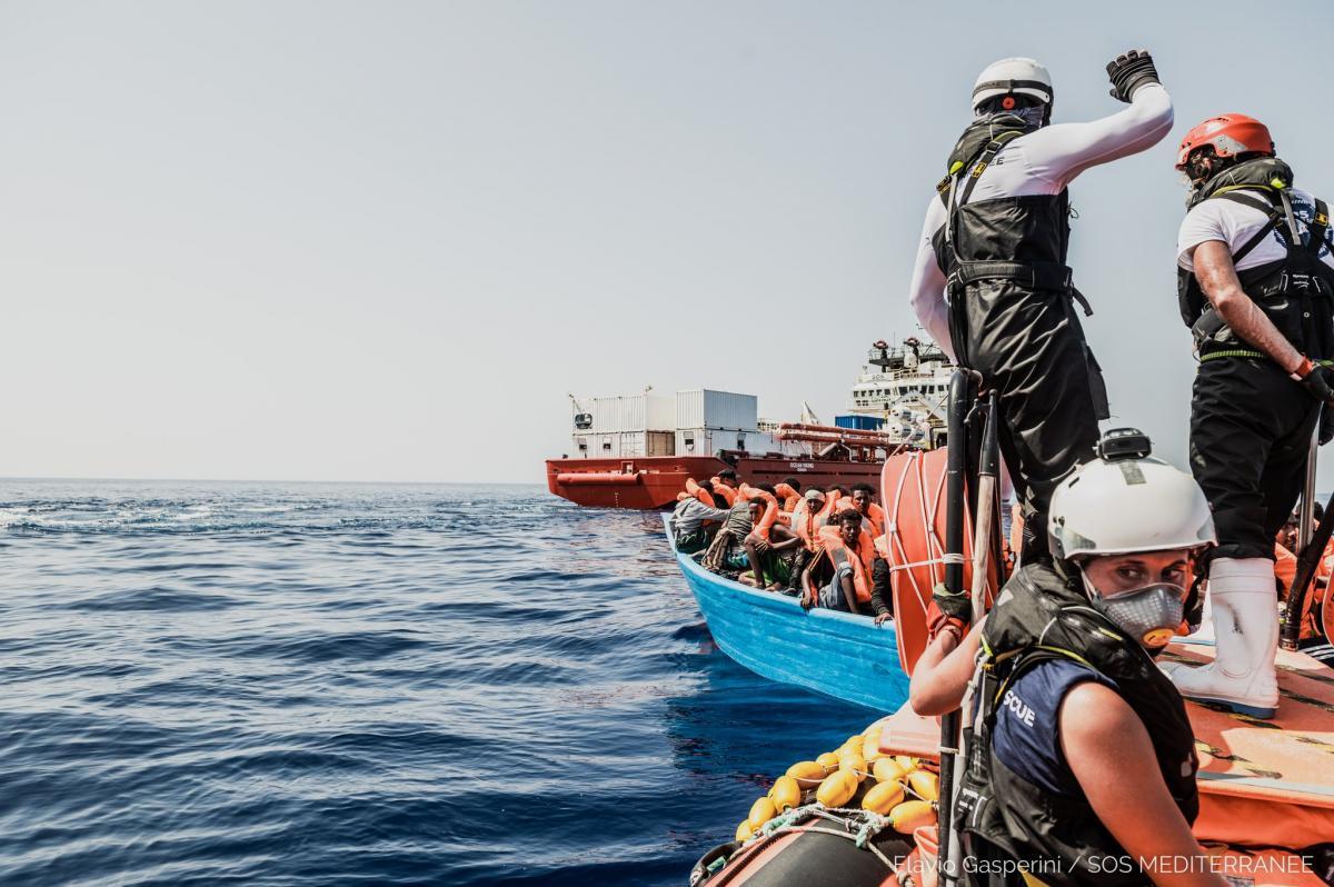 Ezen a hétvégén is közel ezer migránst taxiztattak be a menőhajók Olaszországba