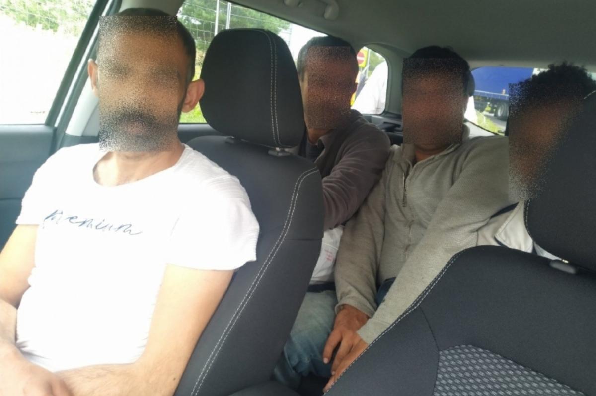 Bábolnánál, az M1-es autópályán fogtak embercsempészeket