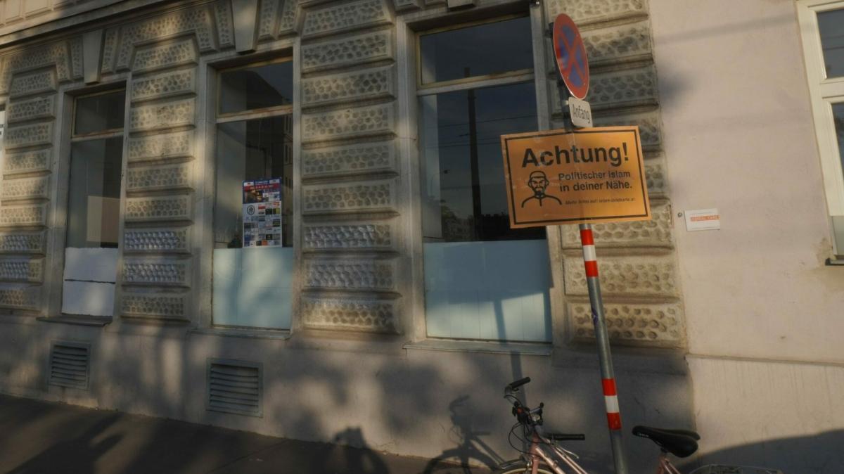 """Bécsiek figyelmeztető táblákat helyeztek ki szerte a városban: """"FIGYELEM! Politikai iszlám az Ön közelében!"""" felirattal"""