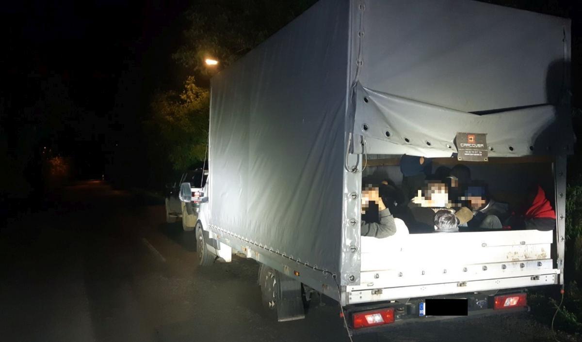 Alig 2 óra alatt elfogtak egy román embercsempészt és 37 illegális migránst