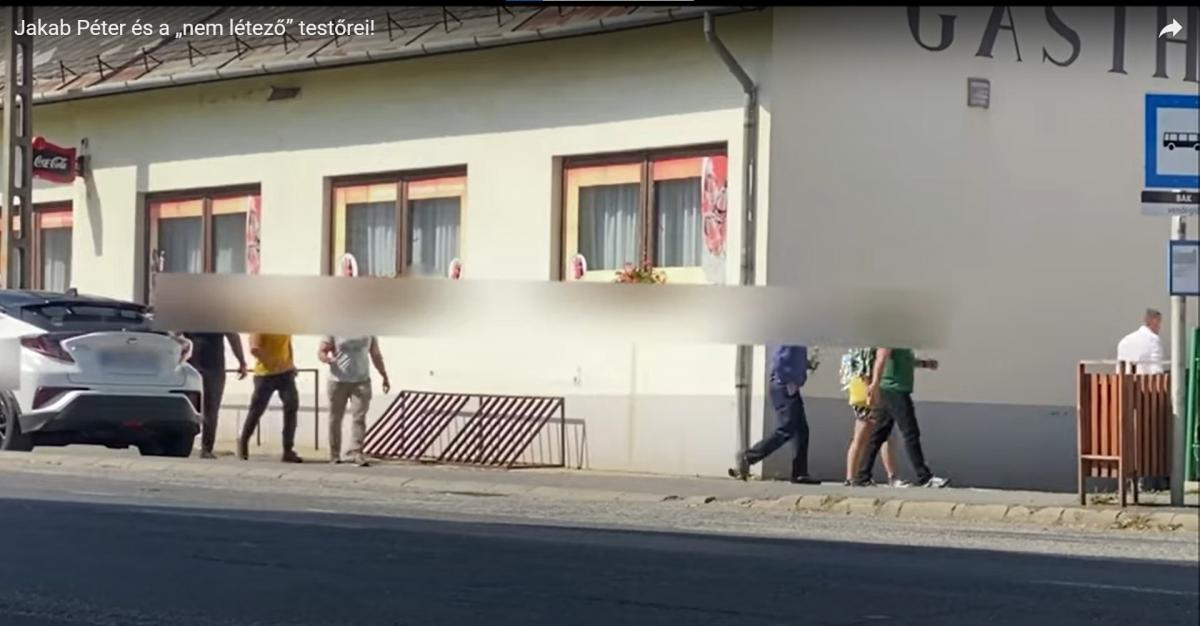 Videó: Jakab letagadta a testőreit, de legalább 5 kísérgeti a bátor pártvezetőt
