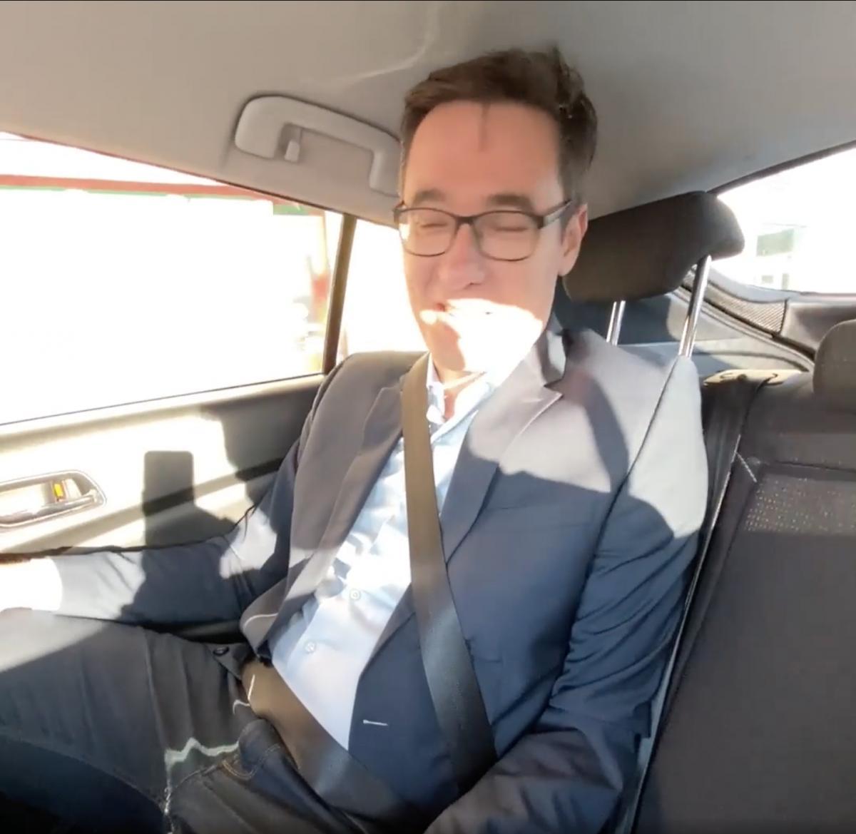 Karácsony a hivatali autójának hátsó üléséről jelentette be álmoskodva, hogy a péntek az országjárásé