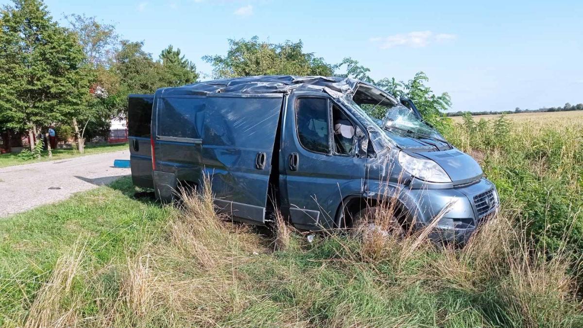 Kukoricásba hajtott, majd felborult az illegális migránsokkal teli kisbusz
