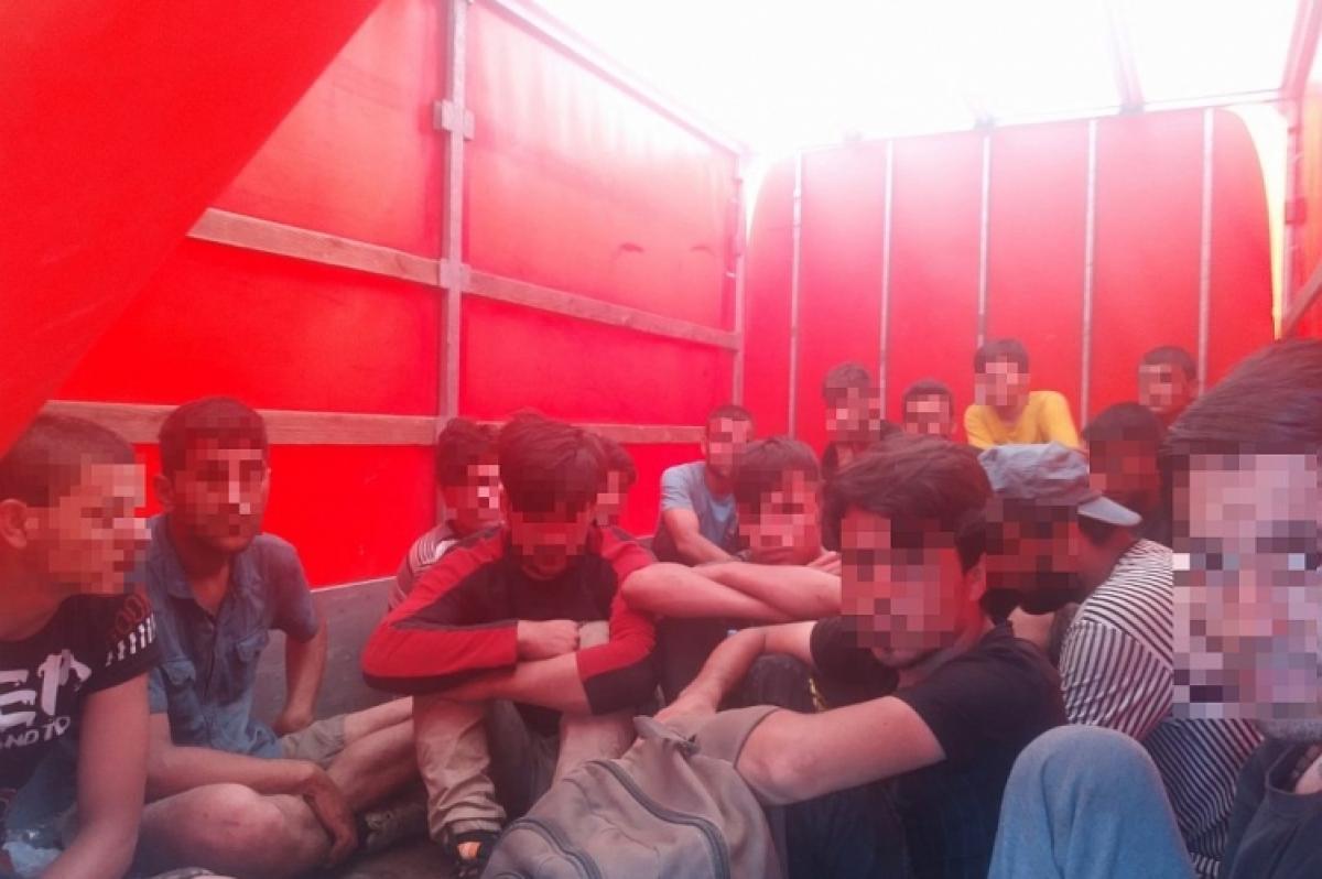 Álprobléma: újabb migránsTAXI-t fogtak a magyar rendőrök az M1-es autópályán