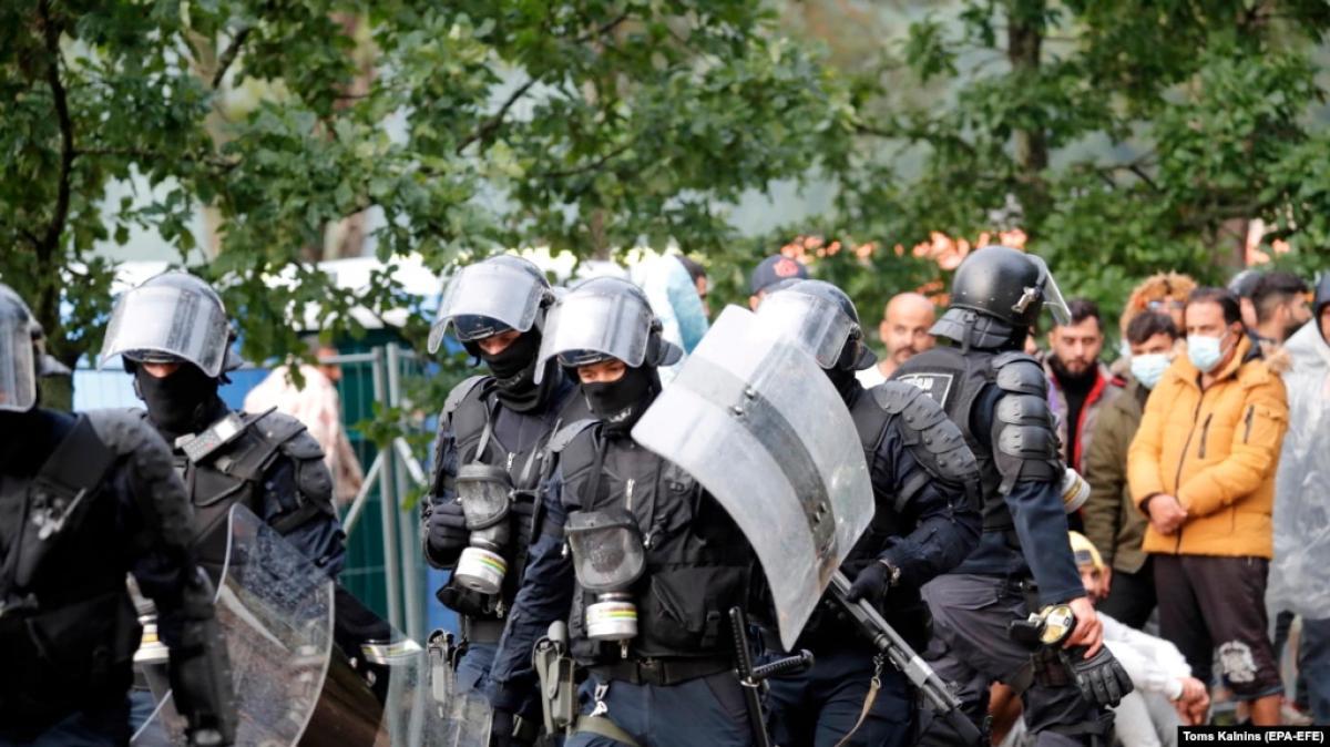 Litvániában jóváhagyták az erőszak alkalmazását a migránsok feltartóztatására