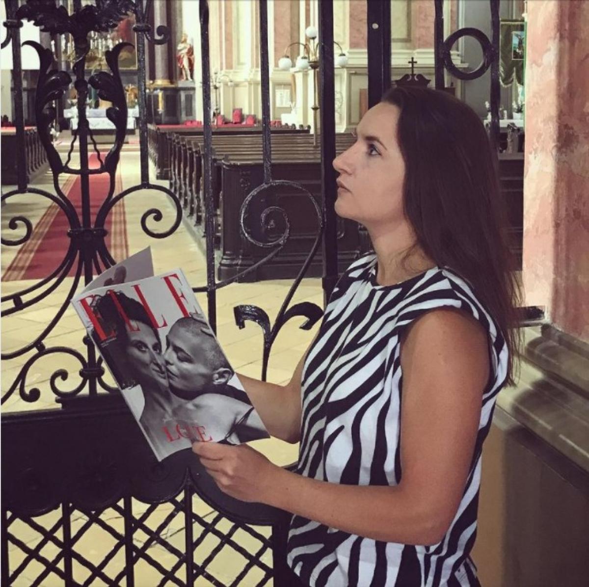 Feltűnési viszketegség kimaxolva: leszbikus ELLE-címlappal pózolt Lukácsi Katalin a templomban