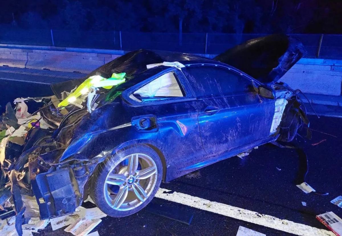 Szerdán éjszaka lezúzott egy luxus kupé BMW-t valaki az M3-ason, a kocsiból előválasztási szavazólapok és nagy mennyiségű készpénz került elő