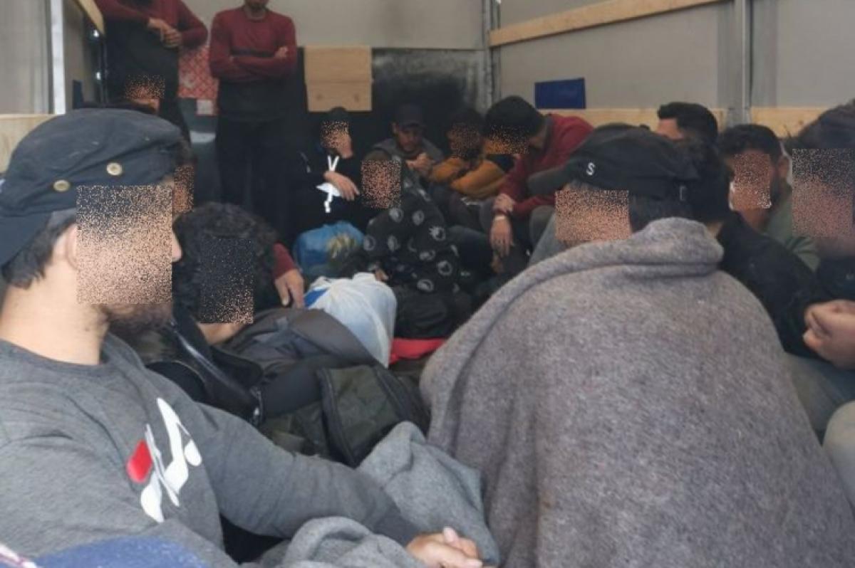 Rekord: Nagycenknél 23 illegális migránst szállított az embercsempész
