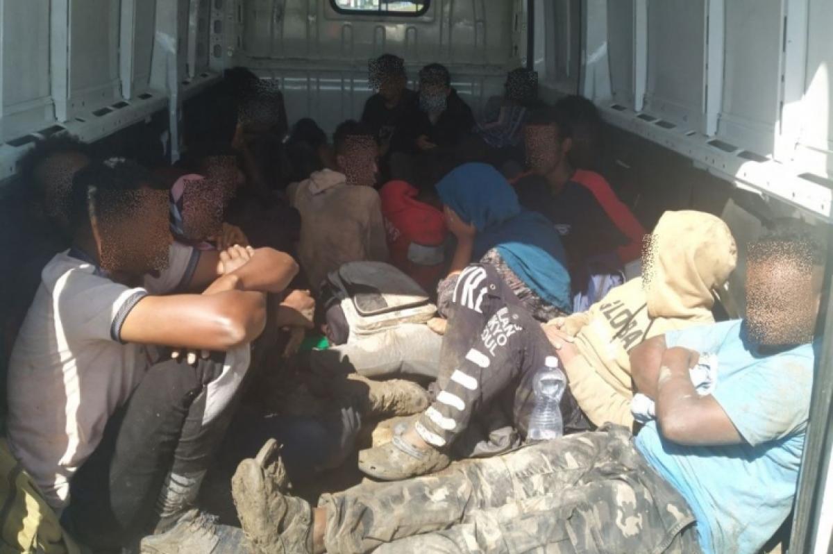 Az M1-esen csempészett 21 illegális migránst, a magyar rendőrök elfogták