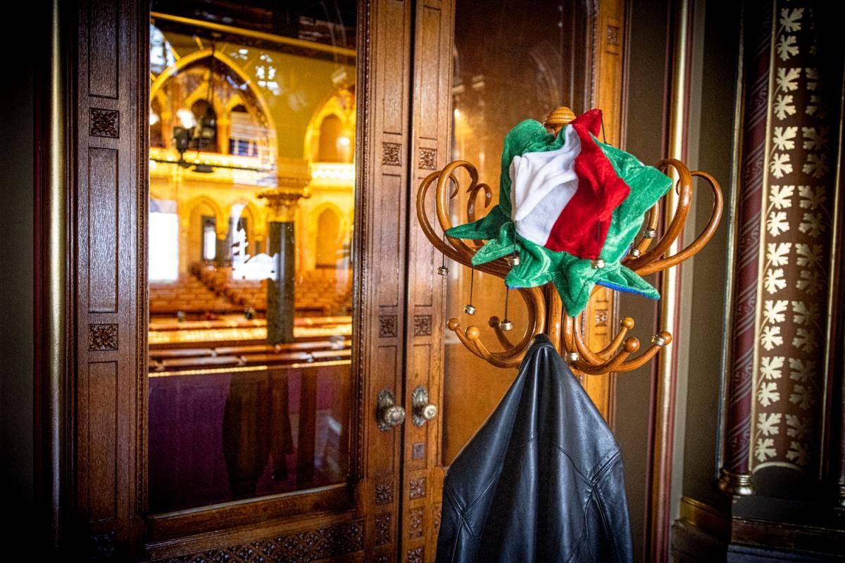 Ha nem tud a Parlamentben cirkuszolni Jakab, esik a Jobbik