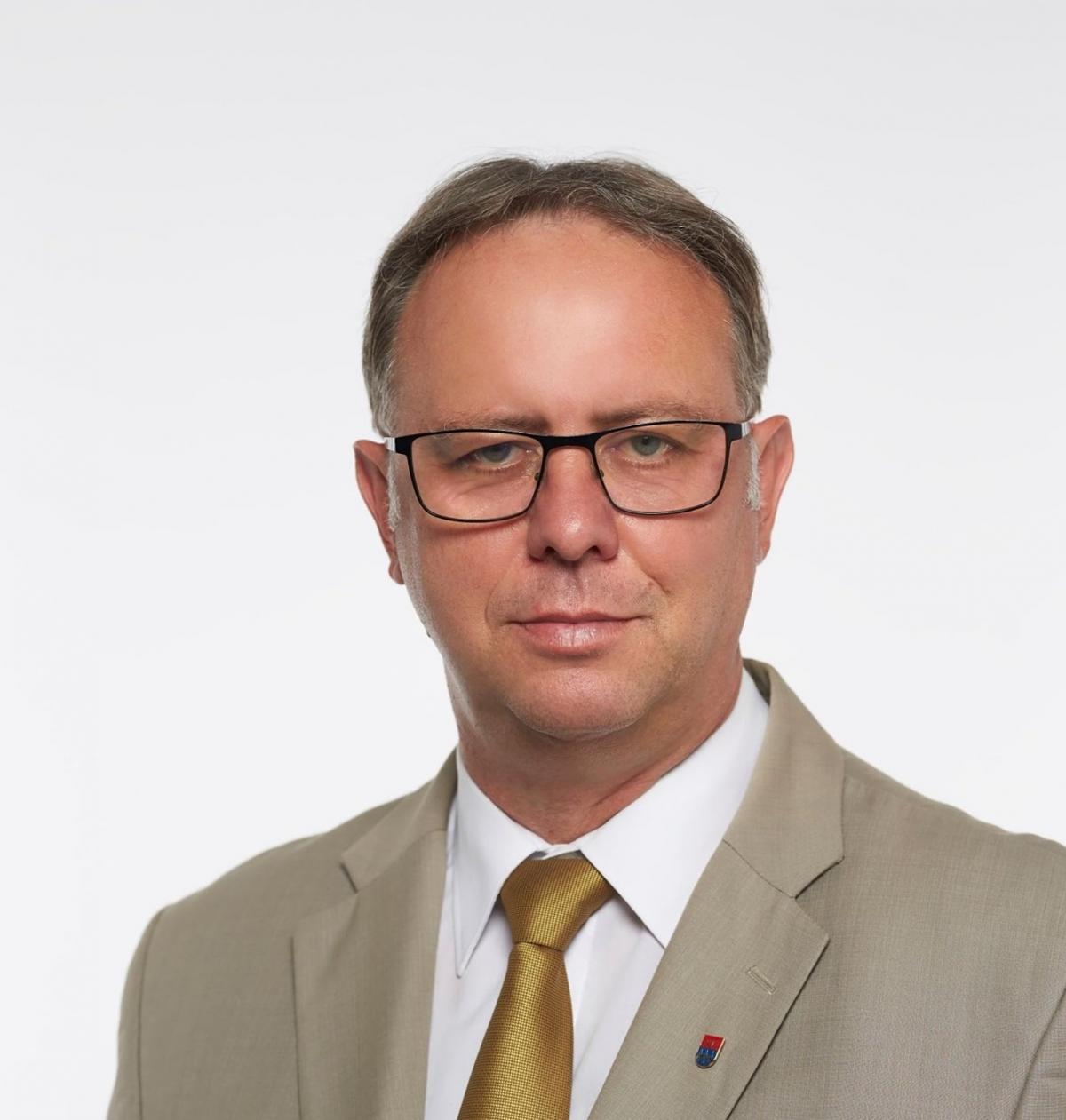 Sikkasztásért ítélték el, most a DK jelöltje lesz Dombóváron