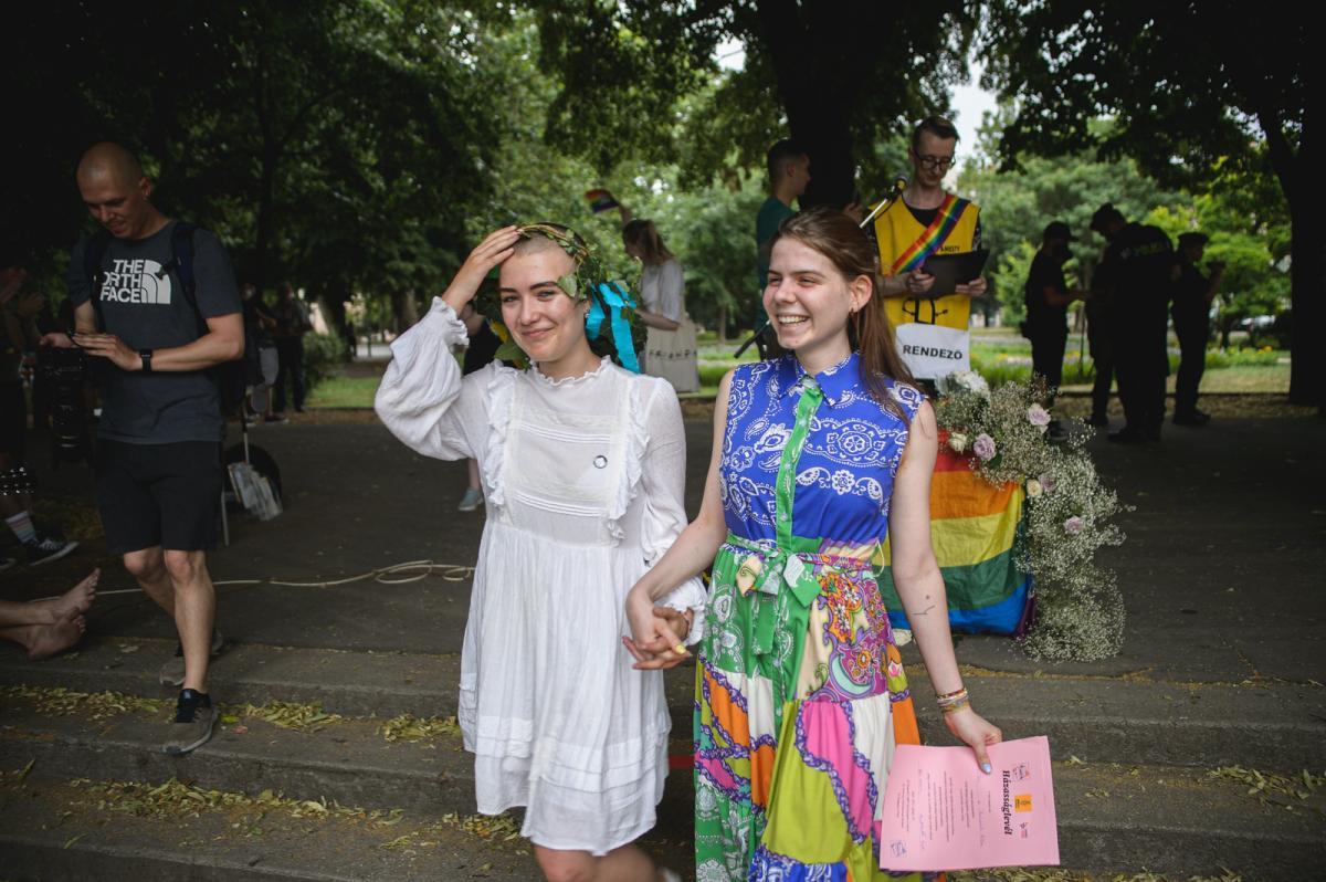 """A Szegedi LMBT Közösségért Csoport és az Amnesty International a szegedi városháza előtt """"Szabad a házasság Szegeden"""" elnevezésű rendezvényt szervezett"""
