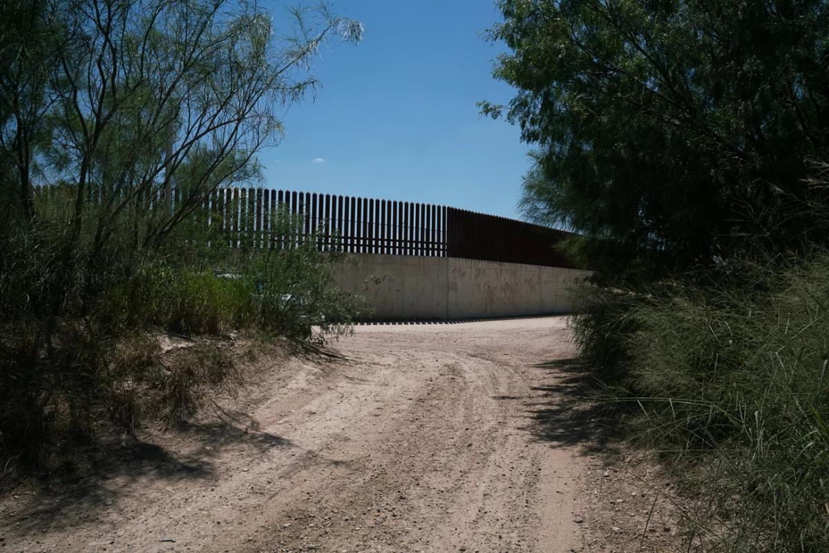 """Egy kiszivárgott hanganyagban Biden belbiztonsági főnöke elismeri, hogy a határokon a helyzet """"fenntarthatatlan"""""""