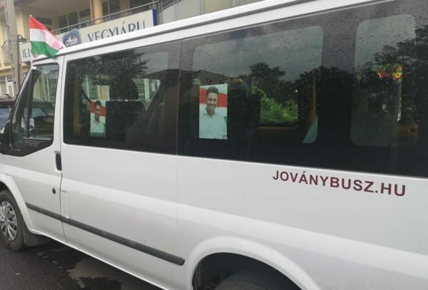 Édesapja buszos közbeszerzést nyert Hódmezővásárhelyen, cserébe a fia a cég buszaival hurcolja kampányolni Márki-Zayt