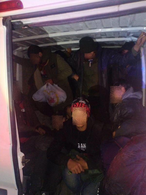 Az M1-esen egy román söfőr csempészett 21 illegális migránst