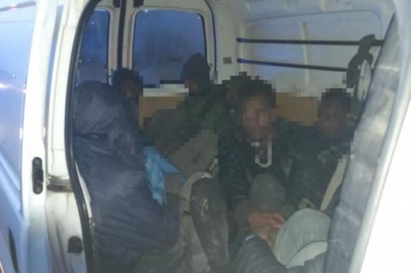 Újabb embercsempészt fogtak el, ezúttal 10 illegális migránssal a csomagtérben
