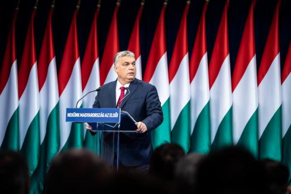 Szabad egy fotóra? - cuppanós puszival köszöntötte Orbánt egy szerb nő
