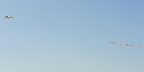 Az MSZP aztán igazán érzi a ritmust: a balatoni szabadstrand felett SZABAD STRANDOT MINDENKINEK! molinót húznak