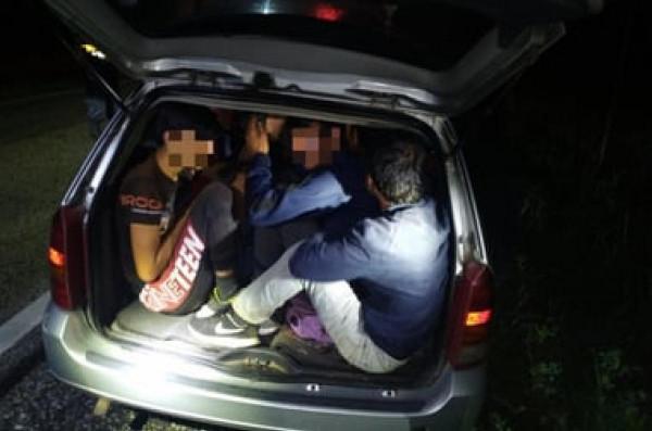 Két embercsempész, 17 illegális szír migráns