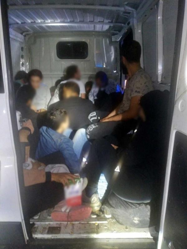 24 szír egyetlen furgonban: az M1-es autópályán bukott le a magyar embercsempész