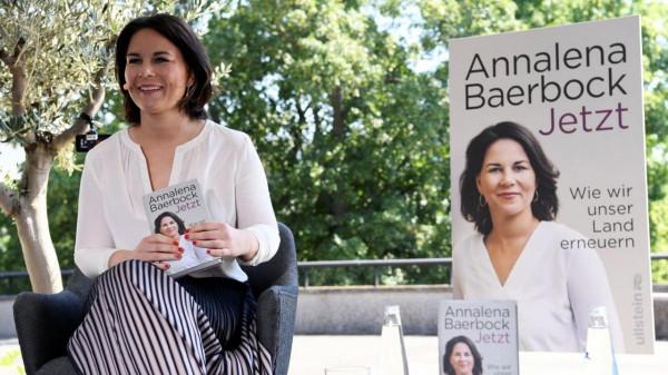 A német Karácsony újabb botránya: Annalena Baerbock plagizált a könyvében