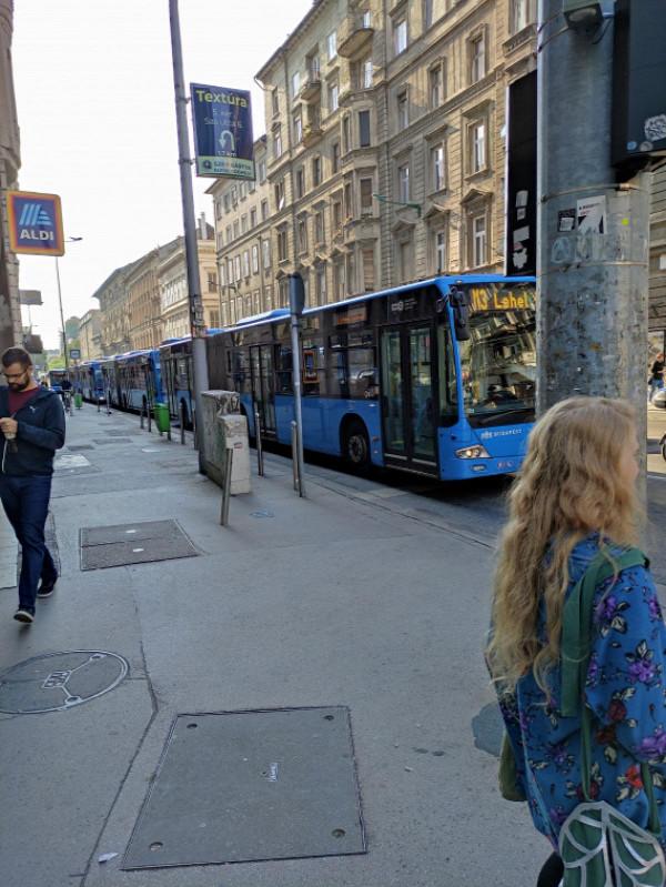 Egy utcányi busz a dugóban vesztegel, de Karácsonyék azt tanácsolják, utazzunk tömegközlekedéssel