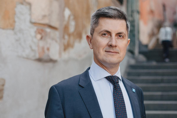A Momentum román szövetségesét EU-s pénzekkel történő csalással vádolja a Csalásellenes Osztály