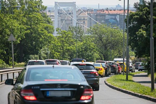 Az egész város fuldoklik a dugók okozta szmogban, erre Budapest főépítésze bejelenti, hogy a Rákóczi útból is lecsípnének egy sávot