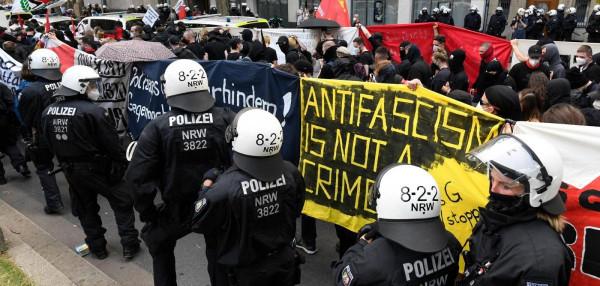 Gumibottal vertek újságírókat, fotósokat a rendőrök egy düsseldorfi tüntetésen