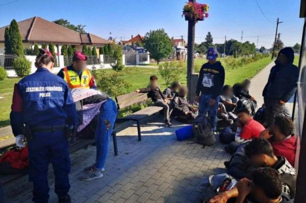 Mosonudvar területén kapták el a 16 fős MigránsTaxit