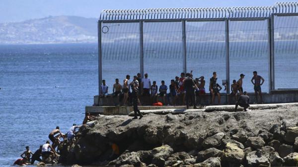 REKORD - 5000 migráns özönlött be Spanyolország afrikai exklávéjába