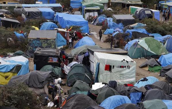 Calais: az összecsapások után a rendőrség szombaton folytatta a dzsungelnek nevezett migránstábor kiürítését