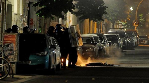 Macskakövekkel dobálták az égő szemetes eloltására érkezett tűzoltókat Berlinben