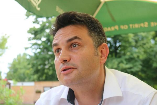 Tendert nyert Hódmezővásárhelyen a buszos cég, most ők hurcolják Márki-Zayt a kampányban