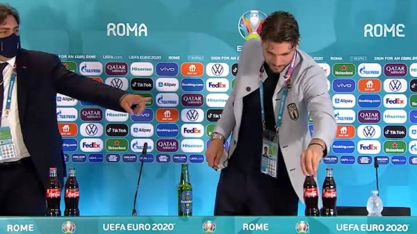 Locatelli is levette a Coca-Colás üvegeket