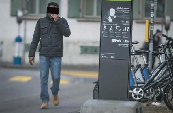 A napokban Svájcban ítéltek el egy migránst, aki kiskorúak előtt önkielégített rendszeresen