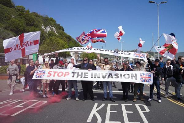 Bevándorlásellenes tüntetők állították le a forgalmat a doveri kikötőben