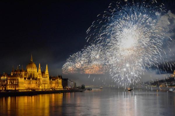 Karácsony piti kicsinyeskedéssel elgáncsolta az augusztus 20-i ünnepi kormányzati terveket, erre a kormány meghosszabbította a nézőteret a Petőfi hídtól a Margit-hídig