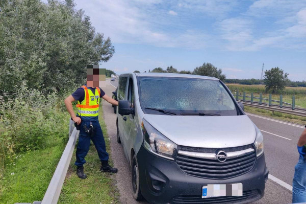 Újabb embercsempészeket kaptak el Győrnél
