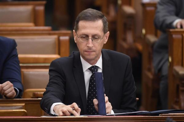 További jelentős adócsökkentéseket jelentett be a kormány, két szektor különadója is megszűnik